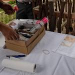 Die Blasrohrpfeile mit dem Impfstoff werden bereitgelegt